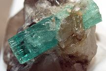 Minerales 1ºESO B / En este tablero expondremos los minerales de los que hemos analizado su: forma, exfoliación, color, dureza, brillo y raya. También añadiremos alguna curiosidad.