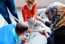 O design pode ajudar os refugiados no mundo? / O que um designer, criativo ou arquiteto pode fazer para melhorar a recepção e integração dos refugiados em áreas urbanas? Essa é a questão principal do desafio global de design lançado em conjunto pela IKEA Foundation, ACNUR – Agência da ONU para Refugiados e a WDCD – plataforma de design, de origem holandesa.