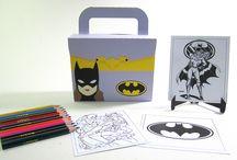 Batgirl / Maletinha  Batgirl com Kit Pintura, feita em papel especial 180 g utilizando a técnica do scrap decor.   ACOMPANHA 12 LÁPIS DE COR , 3 FIGURAS PARA COLORIR E UM SUPORTE PARA CARD .