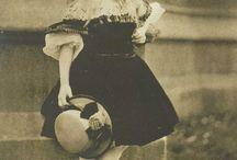 Lewis Carroll / 1832-1898 гг. Льюис Кэрролл — один из первых фотографов-портретистов XIX столетия, чьи модели сбросили тяжесть Викторианской эпохи. Естественность — вот черта, которую внес Льюис Кэрролл в фотоискусство ХIХ столетия. На его фотографиях модели выглядят «живыми» и непринужденными без тяжеловесного викторианского символизма и напряженности, которые были характерны для работ художников предыдущих эпох. Глядя на снимки, ощущаешь, будто фотограф выхватил случайное мгновение из жизни своей модели. МД: фотограф, математик, литератор, викторианский талант.