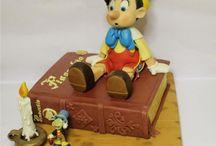 """Le avventure di Pinocchio / """"Le avventure di Pinocchio: Storia di un burattino"""" è un romanzo scritto da Carlo Collodi (pseudonimo dello scrittore Carlo Lorenzini). Una curiosità, che forse non tutti sanno, è che a quanto pare Carlo Collodi non volesse creare un racconto per l'infanzia: nella prima versione, infatti, il burattino moriva impiccato a causa dei suoi innumerevoli errori. Solo nelle versioni successive, la storia venne prolungata, giungendo al classico finale che oggi si conosce."""