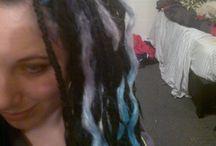 synthetic diy dreads, cute alternative hair styles / Cute dreads, girl with dreads, curly dreads, cute alternative hair style for girls. Diy dreads, dreads and undercut. Goth, punk, scene hair, mermaid dreads. Rainbow hair. Ombre dreads. Alternative girl.