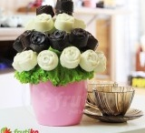 K narozeninám a svátku / Originální dárek k narozeninám či svátku můžete svým milovaným objednat online a my jim ho doručíme domů či do práce. Originální jedlá kytice vyrobená z čerstvého ovoce a lahodné čokolády překvapí a potěší všechny, kdo mají rádi ovoce a čokoládu. Tento netradiční narozeninový dárek je chutný, zdravý a jedinečný a potěší oslavence i všechny kolem, s kterými se o ovocnou kytici podělíte. / by Frutiko