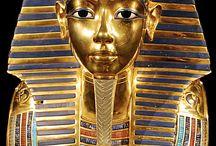 L'or et l'archéologie / Ce tableau répertorie les objets en or créés par les hommes des époques passées, exposés dans les musées ou tout juste découverts par les archéologues.