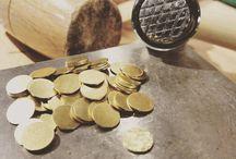 """L'atelier Les Majestés / Le métal y est sculpté, façonné, martelé, soudé et combine pierres véritables et cristaux SWAROVSKI sélectionnés pour leur symbolique et leur raffinement. Toutes nos collections sont réalisées en éditions limitées et numérotées. Chaque pièce est dorée minutieusement à l'or fin 1 micron au coloris subtil """"champagne""""."""