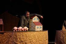 """""""Los tres cerditos"""" de Teatro Arbolé / LOS PERSONAJES MÁS QUERIDOS Y DIVERTIDOS DE LA GRANJA. """"Los tres cerditos"""" es una de las obras de Teatro Arbolé más queridas y aplaudidas por el público. Los personajes más divertidos de la granja están al cuidado de un granjero muy especial, el titiritero Iñaqui Juárez, en esta célebre versión del cuento clásico para títeres que ha traspasado fronteras con sus aventuras y canciones."""