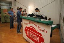 Výlet do Itálie - Gabriele Ferron / Krátká zastávka u vyhlášeného risottomana Gabriele Ferrona. Právě probíhal 46. ročník festivalu rýže. Nikdy bych si nemyslel, že rýže jako taková, se může těšit takovému zájmu. Hosty svážely autobusy z celé země, a tak bylo celkem rušno, byť večer teprve začínal. Co se ale vymyká veškerému chápání je množství rýže, které se za 25 dní trvání festivalu zkonzumuje. Údajně, a teď se podržte, se uvaří přibližně 500 000 porcí risotta!