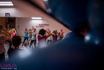 Curs Aerobic / Aerobicul este una din metodele eficiente de combatere a stresului, de prelungire a vietii si de dobandire a unei sanatati perfecte. Gimnastica aerobica reprezinta un complex de exercitii si miscari care dezvolta toate grupele musculare, avand un efect benefic asupra organismului. Este accesibila persoanelor de toate varstele.Exercitiile de aerobic sunt unele dintre cele mai bune fiind un antrenament complet, precum si un sport distractiv.