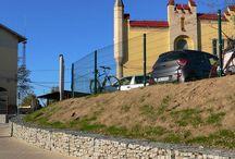 BETAFENCE: Gabiony w infrastrukturze miejskiej / Miasto Kędzierzyn-Koźle na jednym ze swoich rond postanowiło użyć do wsparcia skarp gabionów wypełnionych kamieniem. Pełnią one tu nie tylko rolę użyteczną, ale także ozdobną.