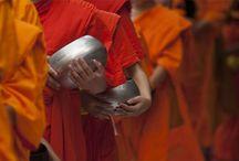 People of Cambodia / De rijke historie van Cambodja gaat terug tot de 8e eeuw toen het eerste grote Khmer-rijk werd gesticht. In deze tijd werden er talloze indrukwekkende tempels gebouwd zoals de Preah Vihear en de bekende Angkor Wat. Het Khmer-rijk domineerde de regio wel 600 jaar en zorgde mede voor de verspreiding van eerst het hindoeïsme en later het boeddhisme. Cambodja telt ongeveer 15 miljoen inwoners en de meeste hiervan zijn etnische Khmers.