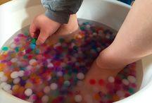Leg med vandperler / Vandperler kan meget mere end at se smukke ud. Vandperler egner sig rigtig godt til leg, og især bør elsker de små glatte perler. Anvendelsesmulighederne er næste uendelige. Købes på www.aquaperler.dk