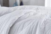"""""""Simplicity"""" / Estilo luxuoso refinado e sofisticado. Clássico moderno e encanto intemporal. Simplicidade indulgente com detalhes inspirados ao pormenor. Perfeito para uma actualização do seu quarto. Algodão puro macio, fronha e colcha elegantemente acolchoada, enchimento em algodão de luxo, tom subtil deliciosamente desejável para adicionar o toque perfeito."""