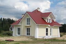 piekne elewacje domów w kolorze kości słoniowej-białe okna