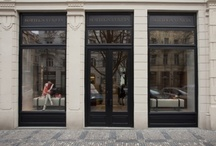 """- PFN & BOTTEGA VENETA - / Bottega Veneta je slavná italská módní značka vytvářející luxusní kožené produkty, jejichž hlavní hodnotou jsou kvalita, řemeslné mistrovství, exkluzivita a diskrétní luxus. Značka se stala známou díky své unikátní technice ručně proplétané kůže """"intrecciato"""". Hlavním designérem značky je Tomas Maier.   Těšte se na přehlídku celé kolekce kabelek Knot spolu s představením novinek u modelu Cabat, které se odehrají u příležitosti PFN!!! adresa: Pařížská 14, Praha 1 / www.prospektamoda.cz"""