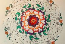 """MANDALAS / El significado de un mándala  La palabra tibetana para """"mándala"""", dkyil-'khor, literalmente significa """"aquello que rodea a un centro"""". En este contexto, un """" centro"""" es un significado, y """"aquello que lo rodea"""", un mándala, es un símbolo redondo que representa el significado. Sin embargo, no todos los mándalas son redondos.  Existen muchos tipos de mándalas, utilizados para propósitos diversos en las prácticas budistas, tanto del sutra como del tantra"""