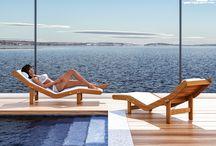 Linea Benessere: Chaise Longue / Seduta relax realizzata in legno di multistrato di betulla in color ciliegio. Le colorazioni del legno rispettano l'ambiente e il suo naturale equilibrio. E' un prodotto indicato per le sale piscina, le saune e le stanze del sale; è ultra-resistente all'umidità ed alle alte temperature.