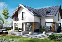 HomeKONCEPT 18 | Projekt domu / HomeKONCEPT-18 to energooszczędna wersja projektu HomeKONCEPT-09, w której zaproponowaliśmy również inne rozwiązanie elewacji. Ten niewielki dom  urzeka wyglądem i bardzo praktycznym rozwiązaniem wnętrza. Lekkości i niepowtarzalnego stylu dodają mu piękne przeszklenia w jadalni i salonie. Ciekawa forma bryły umożliwiła oddzielenie części kuchennej od wysuniętego salonu z kominkiem. Taras przylegający do części salonowej będzie idealnym miejscem relaksu i spotkań z rodziną.