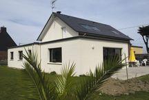 Une maison aux mélanges de volumes / Voici une maison individuelle construite par Trecobat