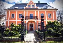 Wleń - Pałac / Pałac książęcy we Wleniu wybudowany został w XVI wieku przez rodzinę Czedliczów, która panowała tutaj od czasów średniowiecznych. W XVII wieku właścicielem pałacu został Hannos, który pełnił funkcję komisarza wojennego. W tym czasie pałac był wielokrotnie niszczony przez Szwedów. W 1741 roku posiadłość przejmuje Wawrzyniec Jakub Held d'Arlé rotmistrz pruskiej królewskiej jazdy konnej. Przebudował on pałac, nadając mu styl francuskiego baroku. Obecnie - hotel.