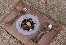 KITCHEN - froté kuchynské utierky / Kuchynské utierky KITCHEN s 3D nášivkou, ako zdroj inšpirácie pre strávenie príjemného času pri varení budú ojedinelou výzdobou vo Vašej kuchyni. Môžu byť tiež skvelým a funkčným darčekom pre milovníkov varenia. Balené v darčekovom boxe.