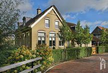 Esbi,  boerderijwoning / Er zijn meer boerderij-type woningen tussen Rotterdam en Hoek van Holland maar Chris' woning is wel heel bijzonder met o.a. een visvijver in de voortuin, in de vorm van een kapschuur. Bij de forse woning ernaast valt direct het voorhuis-gedeelte op met ogenschijnlijk een stal-gedeelte met aflopende dakrand erachter. Ogenschijnlijk, want Chris heeft met zijn Esbi-Huis tal van verrassingen in petto!