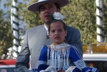 Feria de Abril de Sevilla / Ieder voorjaar barst net buiten de stad Sevilla een gigantisch festival los. La Feria de Abril de Sevilla is het meest beroemde en uitbundige feest in Sevilla. De straten staan vol met feestende mensen in flamencojurken en trotse ruiters te paard.