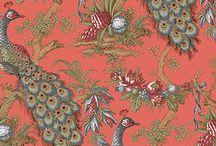 Paunul / Peacock / Simbol al regalitatii si al opulentei, paunul, regele pasarilor, este redat in toata gloria sa. Urcat intr-un copac plin de fructe si flori, paunul semnifica bogatia. Tapetul cu paun se inspira dintr-o tesatura de matase frantuzeasca din 1870 si este disponibil in diferite culori.  wallpaper peacock