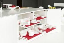 Wyposażenie szafek kuchennych / Wyposażenie szafek kuchennych w znacznej mierze wpływa na funkcjonalność i komfort użytkowania mebli. Nowoczesne rozwiązania pozwalają optymalnie zagospodarować wnętrze zabudowy.