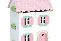 Le Toy Van houten speelgoed. / Le Toy Van is een merk dat zelf beschilderd houten speelgoed ontwerpt en maakt. In ons assortiment vind je van prachtige poppenhuizen tot geweldige kastelen en van grote parkeergarages tot schattige keukentjes. Op onze website vind je van alles van dit merk. Wwww.houtenspeelgoedhuis.nl
