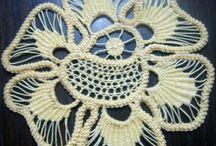 DENTELLE ROUMAINE / est un mélange de crochet et de dentelle à l'aiguille. Son origine vient de la Transylvanie. La technique est un lacet au crochet bâti sur un patron en tissu et agrémenté de différents points de broderie et de barrettes.