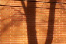 Sluneční světlo a stíny vybraných zlínských fasád: Václav Kovalčík, Zlín / Těch cílů a objektů ve Zlíně je samozřejmě více, když se slunce odráží o fasády domků, a tak jsem vybral a roztřídil reprezentativní vzorky okolnostních doprovodů obytné zlínské architektury. Václav Kovalčík, Zlín