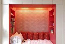 Dormitor incadrat intre rafturi