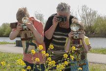 Oude camera's / Met 40 tot 80 jaar oude camera's geposeerd bij de molens van Kinderdijk.