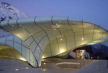 """Zaha Hadid - uma pioneira da arquitetura / O  repentino falecimento de Zaha Hadid gerou uma onda de comentários em homenagem a uma das figuras mais proeminentes da arquitetura. Uma pioneira """"corajosa e radical"""", primeira mulher a receber o Prêmio Pritzker, o enorme impacto de Hadid no mundo da arquitetura é inegável."""
