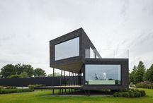 Edificación en Bélgica / Estudios belgas han colaborado en el diseño de esta edificación sustentada sobre pilotes en angulo. Una vivienda así puede costar aproximadamente 1000€/m2 en España, dependiendo de acabados.