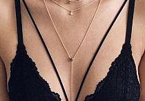"""Trendy w biżuterii / Na bierząco śledzimy modowe trendy, zwłaszcza w kategorii biżuteria. Klasyka, nowości, w tym staramy się rozwijać. Zapraszamy do Nas, jak i naszego sklepu, gdzie każdy znajdzie coś dla Siebie. Pierścionki, bransoletki, naszyjniki i wiele wiele innych. Posiadamy również bardzo szeroka i różnorodną kolekcję bransoletek i naszyjników tzw."""" Celebrytkami"""" Zapraszamy zespół Victoria'S :)"""