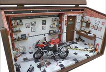 Diorama Oficina Personalizada Moto BMW 1200 / Personalizada para José Carlos Cattami 47 L x 22 P x 25 H Diorama em mdf encerado com carnaúba, escala 1/12, peças novas e recicladas de brinquedos, aparelhos eletrônicos, relógios, bijuterias e ferramentas em resina. Interior em madeira balsa, biscuit e caixa de ferramentas com tampa para acondicionamento de mensagem pessoal. Criação e impressão digital personalizada para quadros, papel de parede, livros, jornal, rótulos, fotos pessoais e piso. Vidro superior articulado e frontal removível.