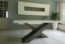 Table salle à manger / Table de salle à manger en acier brut, finition vernis époxy mat. Plateau en corian.