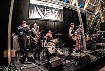 Swingend jazzfestival - Late Summer Soul & Jazz / LATE SUMMER SOUL & JAZZ   Tweedaags swingend jazzfestival    Al meerdere jaren op rij staat Markant Uden een weekend lang in het teken van soul en jazz. Van al onze ruimtes in het pand wordt maximaal gebruik gemaakt: van de Grote Foyer tot de Evenementenzaal en de Theaterzaal. Artiesten als Typhoon, Berget Lewis, Ruben Hein en Sabrina Starke maar ook minder bekende topmuzikanten weten twee dagen lang alle 3.000 muziekliefhebbers te plezieren.