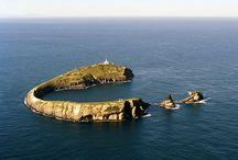 Reserva Natural de las Islas Columbretes / Las Islas Columbretes (Castellón) son un archipiélago formado por pequeños islotes de origen volcánico. La mayor de ellas es l'Illa Grossa y su forma evidencia que es un antiguo cráter.   De entre sus habitantes destacan el halcón de Eleonor, la gaviota de Adouin y la tortuga boba. Las comunidades de sus fondos marinos son igualmente variadas y ricas.  http://goo.gl/2ZuCYn