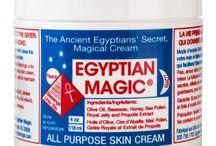 EGYPTIAN MAGIC / Un baume unique au monde…. devenu CULTE !  Fabriqué avec un mélange unique d'ingrédients 100% naturels, il peut être utilisé comme un nettoyant, démaquillant pour les yeux, comme un remède pour l'eczéma et le psoriasis, pour nourrir les peaux sèches, comme un baume pour les lèvres, sur les piqûres d'insectes, pour aider à prévenir les vergetures, les rides et réduire l'apparence des cicatrices, comme un baume de massage ou même comme un baume pour les cheveux…