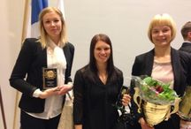 Pesäkarhujen palkitut kauden 2013 päätösgaalassa. / Vuoden naispesäpalloilija Carita Toiviainen, eteniäkuningatar Milla Lindström ja lyöjäkuningatar ja tehotilaston voittaja Hanna Itävalo.