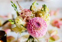 Bloemdecoratie / Breng met bloemen kleur accenten aan. Op de dinertafel, statafel, het trouwprieel of los als mooi showstuk.  Trouwen in Eigen Tuin werkt zeer prettig samen met o.a. Bloemenservice Nederland.