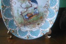 porcelanas pintadas a mão / Minha mãe, Emmy Nagel, foi uma talentosa pintora de porcelana. Ao falecer, deixou um acervo enorme de lindas peças. Acho uma pena guardá-las no armário. Criei esta página para mostrar o talento que ela tinha, e também para colocá-las a venda. Inicio com poucas peças. Aos poucos vou colocando mais fotos.