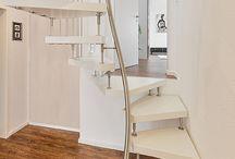 1qm-Treppe / 1qm Treppe von Kenngott  Raumspartreppen können in und für ganz unterschiedliche Bau- und Wohnsituationen eingesetzt werden. So erschließen die eleganten und schlanken Treppen auf einer Fläche von nur einem Quadratmeter einfach Galerien oder später ausgebaute Dachböden. Dabei können Raumspartreppen an fast jede Geschosshöhe angepasst werden.