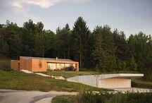 Una Casa Maravillosa / Esta casa modular de madera, se encuentra situada en un claro del bosque. La vivienda cuenta con amplias cristaleras que permiten el acceso a la luz y una persepeción espacial mayor desde el interior.