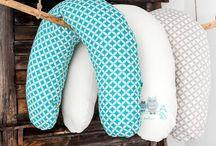 poduszka ROGAL / Poduszki ROGALE Zaffiro ◾Możesz ją używać już w trakcie ciąży ◾Umożliwia bezpieczne i efektywne karmienie noworodków piersią. Przydatna także dla tatusiów, do karmienia butelką czy usypiania dziecka. ◾Możesz ją także stosować do opieki nad dzieckiem - stanowi bezpieczne oparcie dla siedzącego niemowlaka, lub przy nauce siadania. ◾Niezastąpiona przy zabawie, czy raczkowaniu dziecka, a także jako zabezpieczenie kiedy dziecko staje się ruchliwe