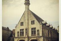 Hôtel de Ville de Clermont (Oise) / Ce monument caractérise le mouvement communal qui va voir le jour dès le XIIème siècle. L'hôtel de ville semble avoir été construit dans la seconde moitié du XIVème siècle mais a reçu des modifications structurales jusqu'au XVIème siècle. Il renferme une galerie de tableaux et notamment un certain nombre d'oeuvres du XIXème siècle.