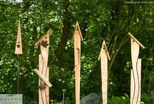Nistkästen aus Lärchenholz / Ausdrucksstarke Formen und hochertiges Material sind die Merkmale dieser Nistkästen mit klingenden Namen. Die funkional durchdachten Nisthilfen sind wie Gartenskulpturen gestaltet! Das einzigartige Holzdesign entstammt der nordfriesischen MAnufactur Hardehof.  Unsere Nistkästen sind pflegeleicht und langlebig: Lärchehholz ist ohne Holzschutz witterunsgeständig - ideal für den Außenbereich. Über die Jahre altert das schön gemaserte Hartholz mit silbergrauer Patina.