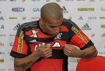 Emerson Sheik beija escudo e jura amor ao ser apresentado no Flamengo